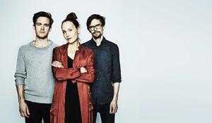 Viktor Skokic, Sarah Riedel och Jonas Östholm spelar 15 av Kristina Lugns dikter på en ny skiva och i en föreställning på Kulturhuset Stadsteatern i Stockholm.