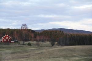 När golfspelarna lyfter blicken från bollen till hösten får de fyra vindsnurror på berget Brännåsen i synfältet. De kommar att observeras från länsvägen till Hassela.