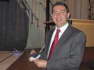 Invigningstalare. Roger Haddad medverkade vid invigningen av Wijkmanska gymnasiet.