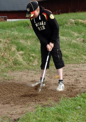 Det är inte helt lätt att få upp bollen ur sandbunkern. Viktor Eriksson lyckades dock, flera gånger.