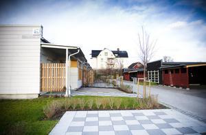 Radhusområdet med 16 lägenheter ligger vid Edelsbergsvägen på Hamreområdet i Bollnäs – och har fått sitt namn efter Hamre gård i bakgrunden.