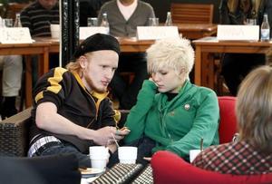 """bra initiativ. 23-åriga Björn Andersson och 19-åriga Elin Larsson tyckte att debatten var ett bra initiativ. """"Bra med neutrala personer i debatten, då kanske det blir mindre av att politikerna slänger skit på varandra"""" konstaterade Björn."""
