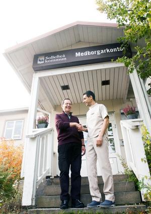 Bert Stenmark, en av de starkast drivande krafterna i att få en tandläkare till Junsele, hälsar Fabian Naseri välkommen.