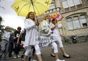 GLADA TJEJER. Mina Holmgren Qvarnström, Cornelia Hamlin och Olivia Olsson var på glatt humör trots att det regnade på Söderskolans allra sista skolavslutning.