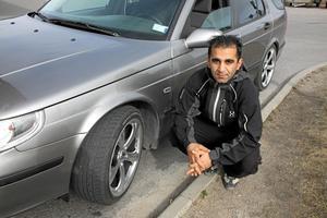 """Ny bil. Det var plusgrader. """"Men jag fick böter för att jag hade sommardäck ändå"""", berättar Shoan Mardani. Polisen får dela ut böter – om det är vinterväglag.Foto: Mats Adolfsson"""