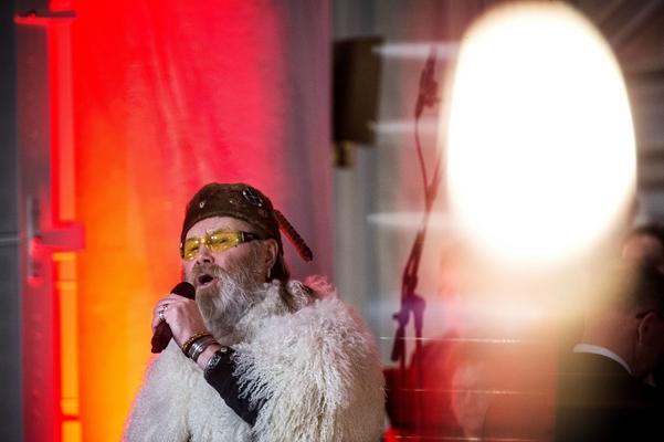Roger Pontare uppträder under firandet av paviljongen i Utanede.