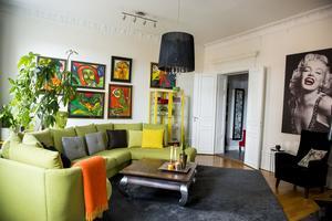 Vardagsrummets färgskala kommer från tavelväggen med Bengt Lindströms konst.