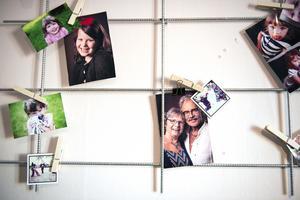 På väggen i Moas rum hänger ett armeringsgaller och det används smart till fotoram.