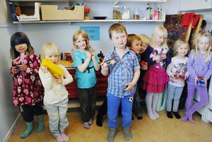 Barnen hade provat på att snickra egna leksaker, som sedan målats i allsköns kulörer. Bilar och båtar, enhörningar och giraffer var populära.