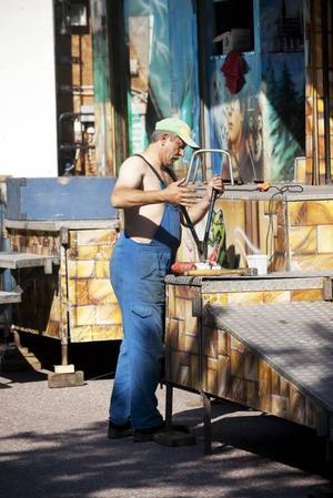 KARUSELLBYGGE. På onsdagen var Axels nöjesfält i full färd med att ställa upp karusellerna inför Sommaryran som kommer att pågå i fyra dagar i Stenebergsparken på Brynäs. Karusellarbetaren Julien koncentrerade sig på bygget.