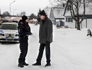 Redan vi infarten till Nälden varnas presumtiva tjuvar för att Grannsamverkan råder.Birgitta Persson vid Östersundspolisen,  ansvarar för grannsamverkan vid i länet.  Per-Martin Edström är huvudkontaktombud för Nälden sen två år tillbaka. Båda vittnar om goda resultat.