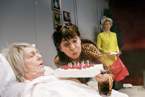 Med tårta kan man lösa det mesta, resonerar Susanne Hellströms Hedda. Barbro Enberg som mamma Anita och Anna Granquists Klara är inte lika tvärsäkra.Foto: Per Eriksson