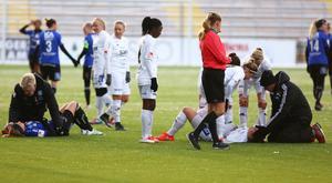 Erin Yenney i ÖDFF och Sundsvalls kapten Ida Markström golvades efter att ha skallat ihop. Båda klev upp och spelade vidare, men Markström tvingades ändå utgå efter ett tag.