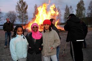 Kompisarna Nazret, Sabrin och Yanet kom till majbålet vid Kyrksjön.