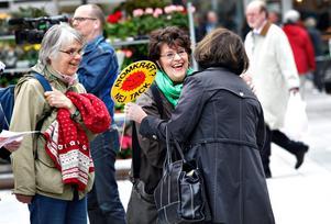 Solveig Ternström, nyvald ordförande i Folkkampanjen mot kärnkraft-kärnvapen, får en kram av Inger Schörling, MP. Inga Michaeli vill också avveckla kärnkraften.
