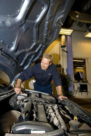 i topp. I Gävleborg är nästan alla bilverkstäder med i organisationen Kontrollerad bilverkstad, KBV. Dessutom är de flesta kunderna nöjda med arbetet. Kontrollanten Mikael Häggström är en av två personer som årligen gör kontroller på bilverkstäder i Gävle och Sandviken.