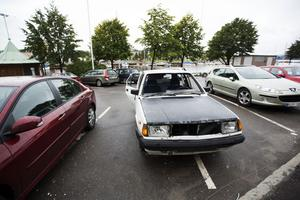 Härnösandsbor reagerar över att ett bilvrak på en parkering i centrala Härnösand inte fraktas bort. Bilen har stått på parkering sedan december och under de senaste veckorna har den slagits sönder.
