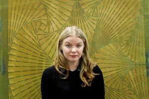 Katarina Widegren är mångsidig som formgivare och har tidigare designat hantverksmässiga textilprodukter och även smycken. Men det var premiär för henne att formge tygmönstret Vectorian.