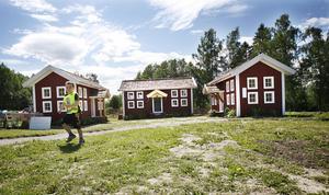 Barnens trädgård har varit mycket välbesökt i sommar. Bilden är från 2009, när Melvin Karlsson lekte framför småstugorna som är byggda i hälsingegårdsstil.