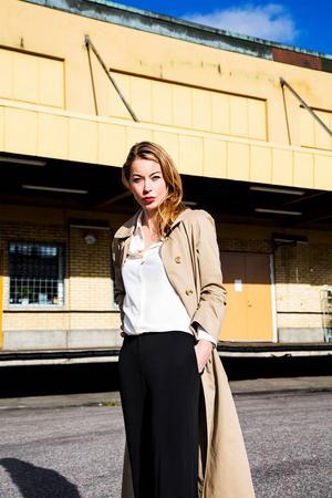Sex år har gått sedan Karolina Ramqvist skrev om gangsterflickvännen Karin. Nu återvänder hon till den undre världen.