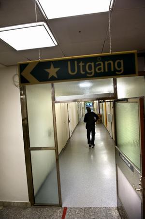 Ett tiotal långtidssjukskrivna sägs upp från Landstinget Dalarna. Inom de närmaste åren väntar ytterligare uppsägningar av sjuka. Fram till årsskiftet 2012-2013 löper den tidsbegränsade sjukersättningen ut för ett 50-tal landstingsanställda. - Försäkringskassan anser att de kan arbeta, men hos oss finns inga arbetsuppgifter som de klarar av. Därför tvingas vi säga upp personerna, säger Stefan Lindskog, rehabsamordnare på Landstinget Dalarna. Foto:Lars Dafgård