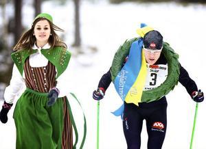 Kranskullan Isabelle Ramström fick kuta på ordentligt för att hänga med segraren Jimmie Johnsson in i mål.