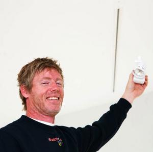 Kenneth Kilheim visar en 12 volts spotlight som tillsammans med flera ska sättas upp i skenan i taket.Foto: Lars Dahlström