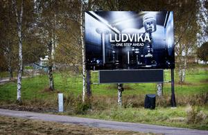 Kopplingen mellan ABB och Ludvika lyfts fram på den nya skylten vid infarten från Smedjebacken. På den display som monterats därunder ska aktuella arrangemang annonseras.