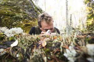 Henrik Weibull kartlägger mossa på 18 platser i norra Sverige.