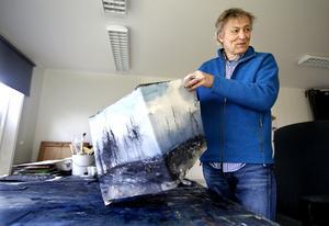 Lars Lerin jobbar inte med skulpturer, men de målade kuberna är ett försök att jobba tredimensionellt.