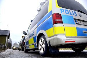 Polisen eftersöker den 69-årige bedragaren i hela landet.