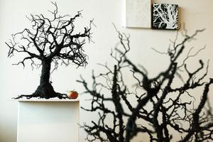 Susanne Arnfridssons träd i metalltråd är egensinniga, knotiga och har egen vilja, som sagoträd.