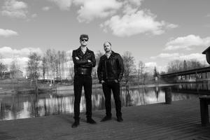 Nicholaus Arson, gitarr och Dr Matt Destruction, bas, har valt att bo kvar i Fagersta.