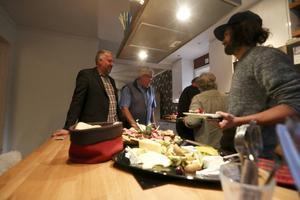 Peter Bergman (S) bjöd in sina partikamrater under söndagskvällen. Kallskuret och exotiska frukter stod på menyn.