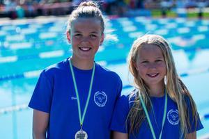 Elsa Bergh och Clara Bergh tog båda medaljer på Nordiska ungdomssimspelen.