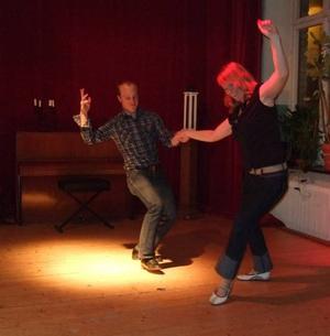 Så ska det se ut. Lindy hop demonstreras av Maria Kallvi och Fredrik Paulsson. FOTO: MATTIAS FREDHOLM