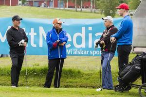 Martin Vedin och Carl Edblom småpratar med fjolårsvinnarna Sven Lindström och Magnus Lindström innan utslaget på första hålet.