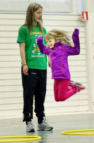 5-åriga Uma Zappala från Frösön imponerar på ledaren Marie Björklund genom att hoppa jämfota högt.