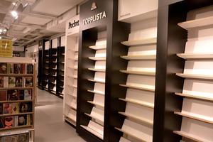 Akademibokhandeln lämnar i dagarna In-gallerian och rea har gjort att många hyllor ekar tomma.