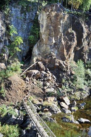 Berget har under de senaste veckorna rasat ner och landat vid gruvingången. Lägg märke till den gångväg som byggts och som leder fram till gruvöppningen.
