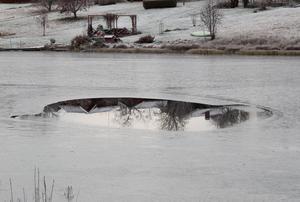 Den ser mörk och hotfull ut, den märkliga vaken i Nässjöns  växande istäcke.