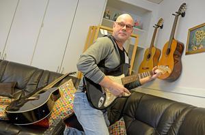 RSMH i Sundsvall vill samla in gitarrer, helst akustiska och försöka få tag på en gitarrlärare. Syftet är att få de som mår dåligt att bryta isoleringen och delta i en gitarrkurs.