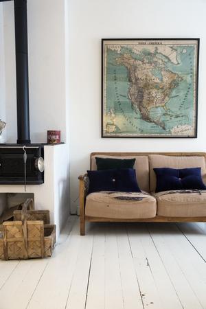 I köket hänger en gammal skolkarta som Thomas hittade i huset sedan skoltiden. Den älskade gamla soffan är Thomas farfars.