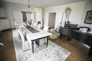 I salen i boningshuset finns en flygel och en återinsatt kakelugn, rummet används vid finare middagar.