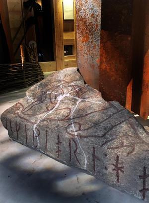 Bildtext: Ingebjörns runristade gravhäll, från en av de äldsta kristna kyrkogårdarna i Västerås, ligger på Länsmuseets golv på Karlsgatan, utan förklarande skylt. Ingebjörn är av de äldsta västeråsare vi känner namnet på. Foto: Anders Lif