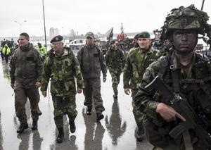 Kung Carl XVI Gustaf och prins Carl Philip under militärövningen Aurora 17. Foto: Atig Hammarstedt / TT