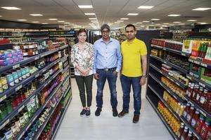 I den mångkulturella butiken Matmixen ska alla kunder känna sig hemma, är det tänkt. På bilden syns Mari Seger, butikschef, Ali Gure, vd för bolaget bakom butiken, och Abdo Dael, delägare.