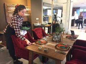 Andra elever arbetade med bordsupplöggning. Maja Rapp från Norrköping.