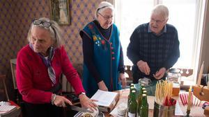 Säljarna Ann-Sofi Schuisky skär upp tysk stollen-kaka medan Irma Stråle betraktar hur hennes man Bengt häller upp smakprover med äppelmust.