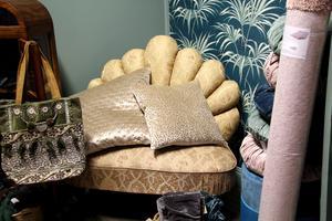 Liten soffa som ser ut som en bakelse.